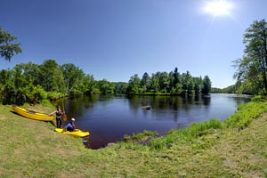 Photo of the Kettle River landing with parking and carry-in access for canoes and kayaks.