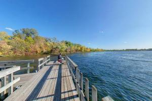 Photo of the Snelling Lake fishing pier.