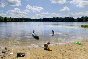 Photo of visitors enjoying the sandy beach along Hayes Lake.