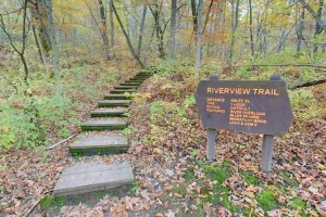 Photo of the Riverview Trailhead and trail sign.