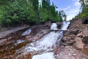 Photo of one of the many  scenic waterfalls along the Split Rock River loop trail.