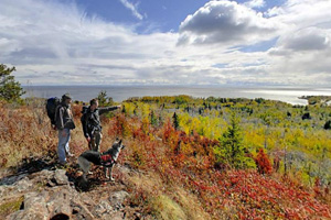 Photo of hikers on the Split Rock River loop trail, overlooking Lake Superior and the river valley below.
