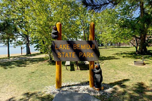 Photo of the park's iconic park sign which features two carved bears.